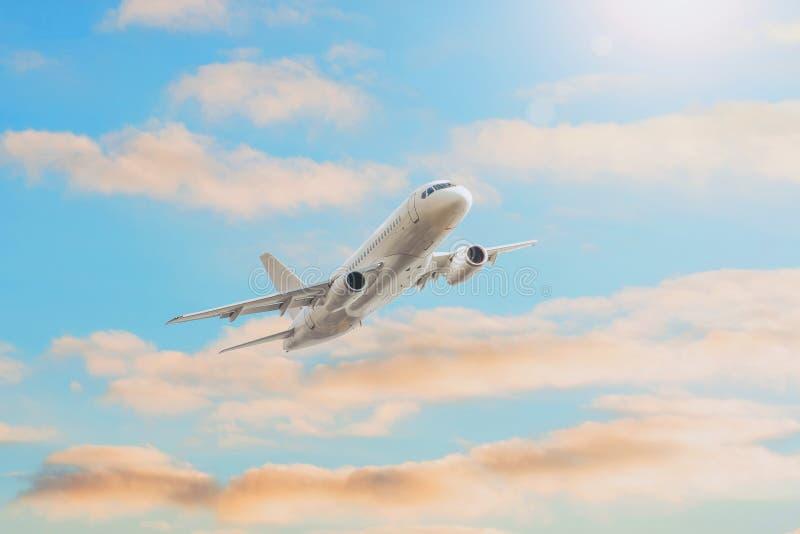 Altura de voo que viaja, brilho da escalada do sol do por do sol no avião de nivelamento da viagem imagem de stock