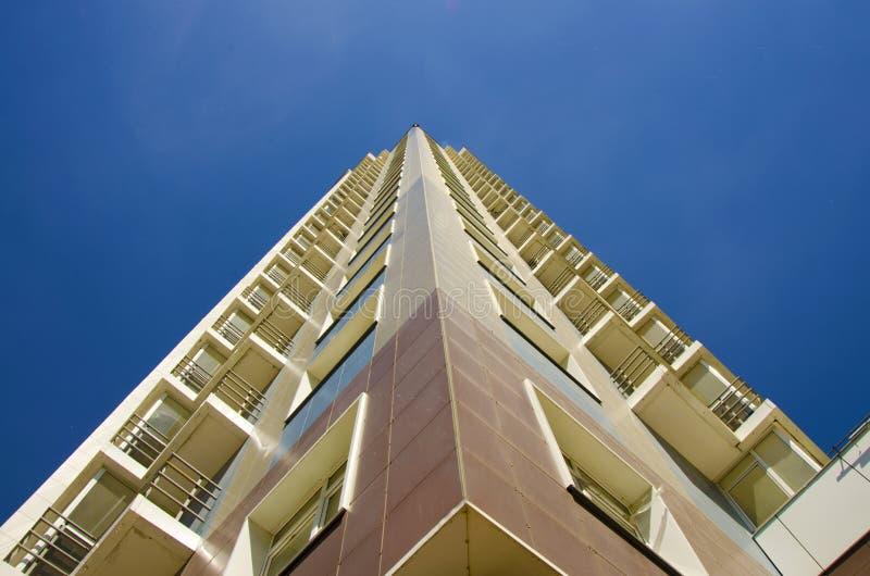 altura Parte inferior de la construcción alta encima de la visión imagen de archivo