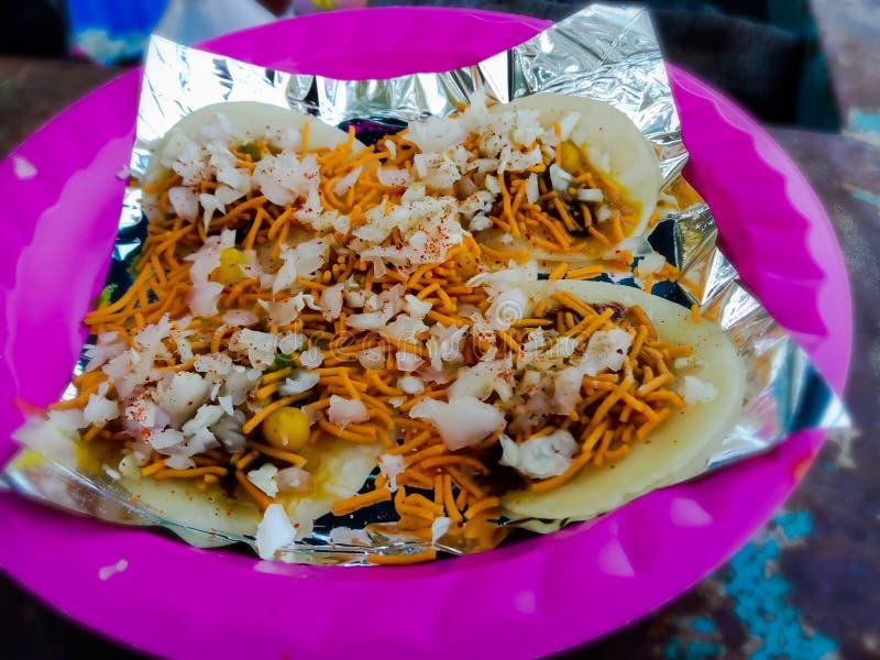 alu puri' знаменитая уличная хламовая еда города Сурат штата Гуджарат Индии стоковые изображения