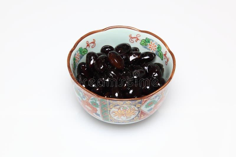 Alubias negras hervidas en un cuenco fotografía de archivo