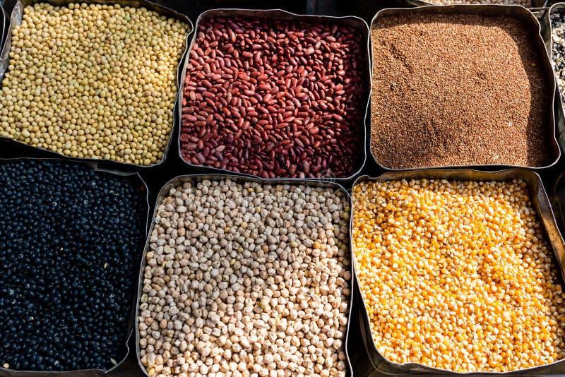 Alubias secas orgánicas, maíz, haba de mung, garbanzos en el mercado de los granjeros Comida sana del vegano foto de archivo libre de regalías
