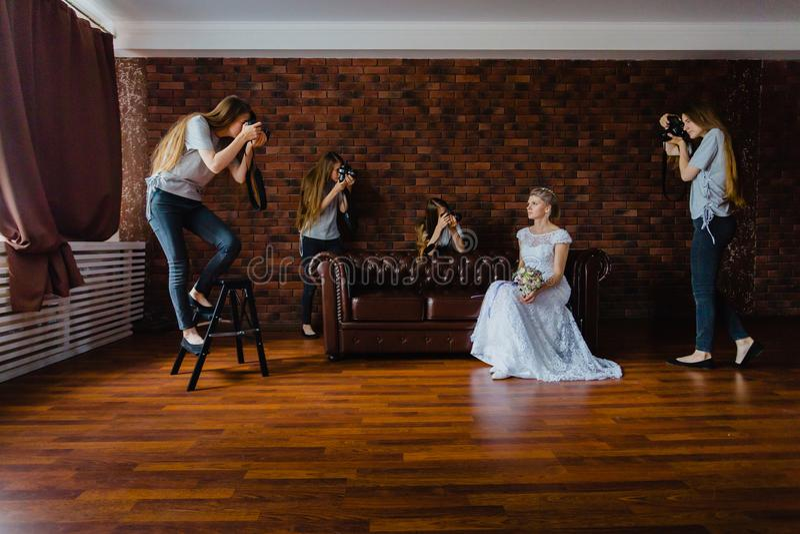 Alucinación de una novia con cuatro fotógrafos imagenes de archivo