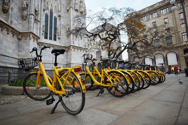 Aluguel amarelo da bicicleta na rua Milão, Itália fotos de stock