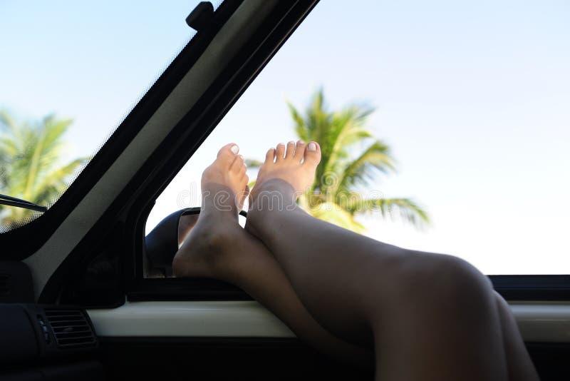 Aluguer de carros: mulher que relaxa no carro imagem de stock