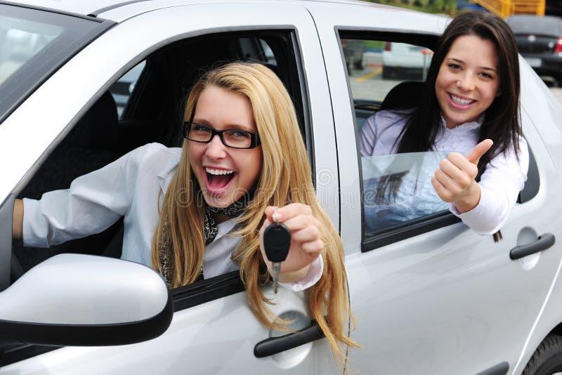 Aluguer de carros: mulheres que conduzem um carro imagens de stock