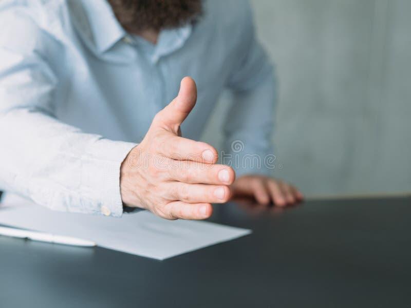 Aluguer outstretching do trabalho do cumprimento da mão do homem de negócio imagens de stock royalty free