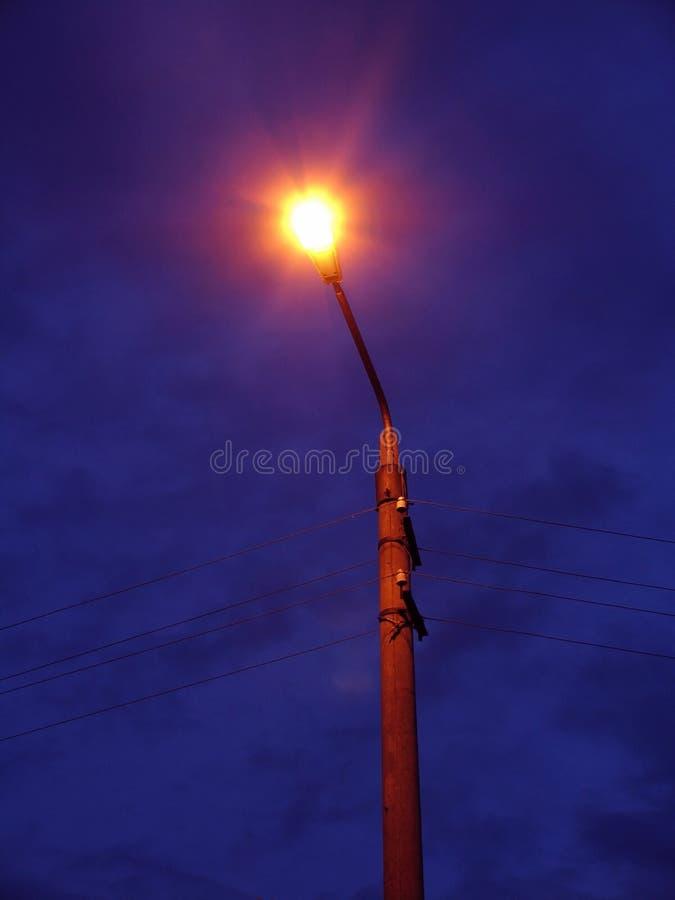 Alumbrado público del palo en horas de oscuridad fotos de archivo libres de regalías