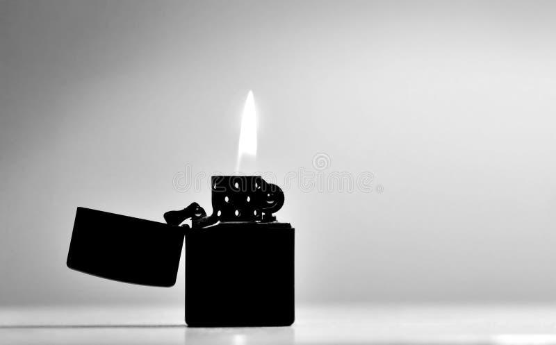 Alumbrador negro del zippo imagenes de archivo