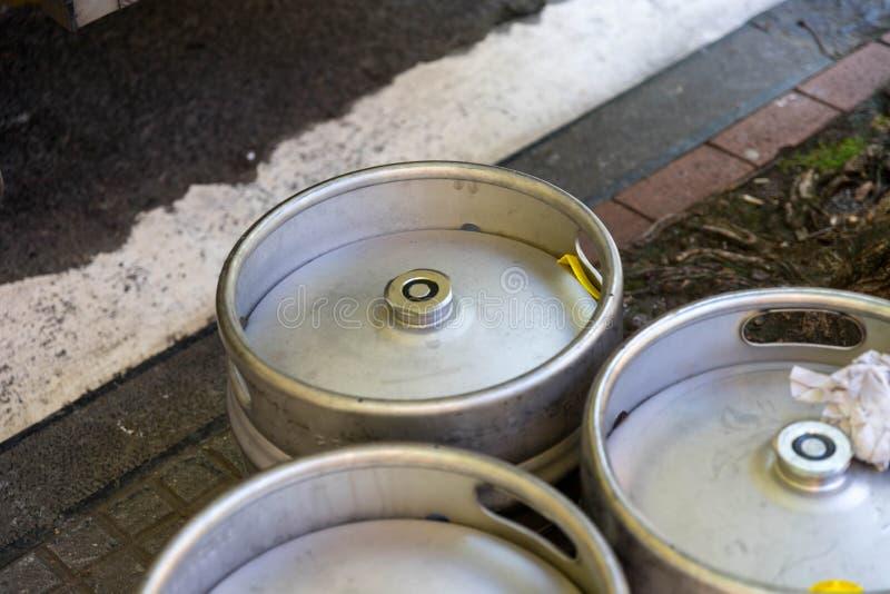 Aluminiowa Piwna baryłka na bruk ulicie zdjęcia royalty free