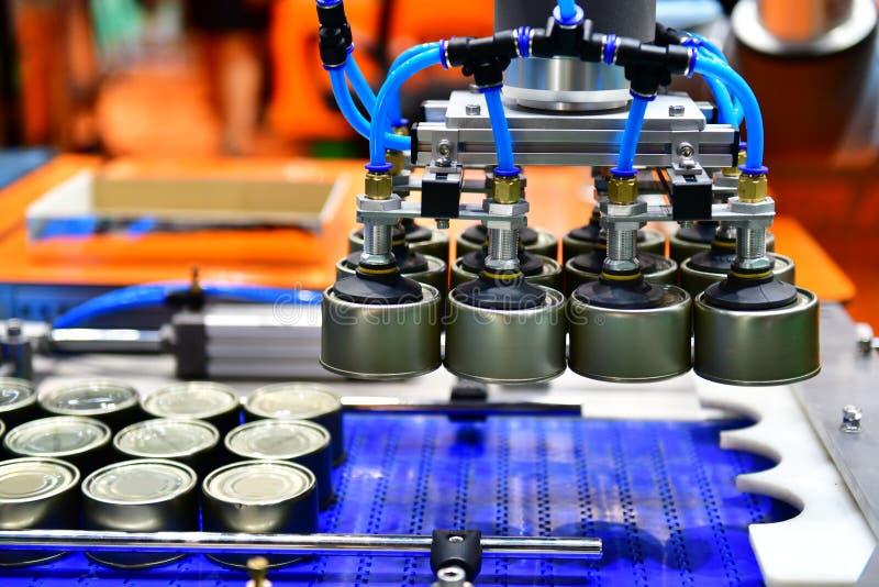 Aluminiowe puszki dla produkcji żywności linii w fabryce obraz royalty free