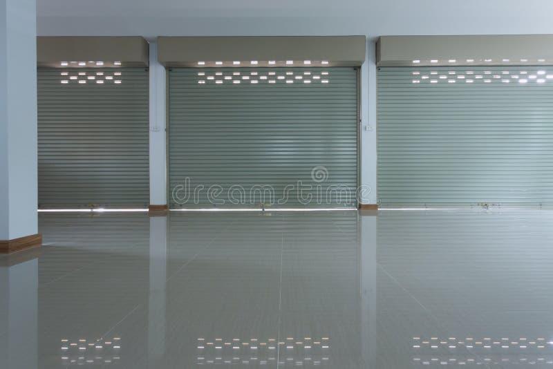 Aluminium dörr för slutare för stålmetallrulle i lagerbyggnad royaltyfria foton
