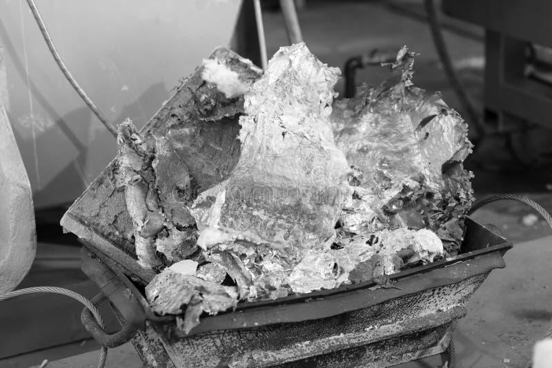 Aluminium in een container wordt gesmolten die royalty-vrije stock afbeelding