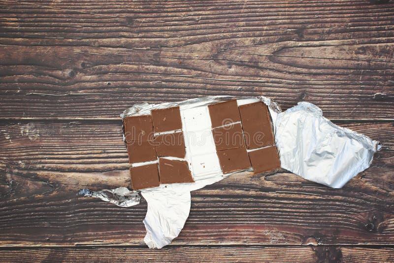 Aluminium et 12 morceaux de chocolat photographie stock