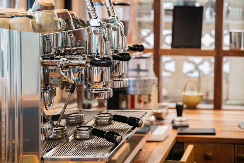 Aluminium groot koffiezetapparaat twee molens in houten bar royalty-vrije stock fotografie