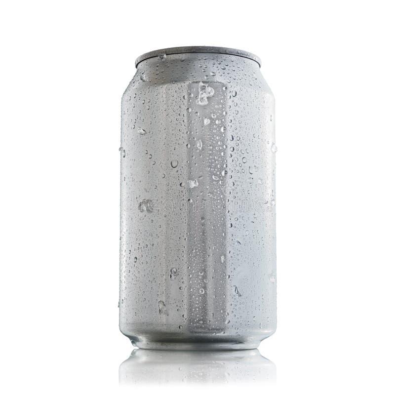 Aluminiumburk med kondensationsdroppar för åtlöje upp arkivbilder