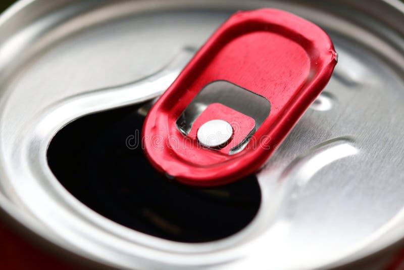 Aluminiumburk med röd närbild för handtagcirkel royaltyfria bilder