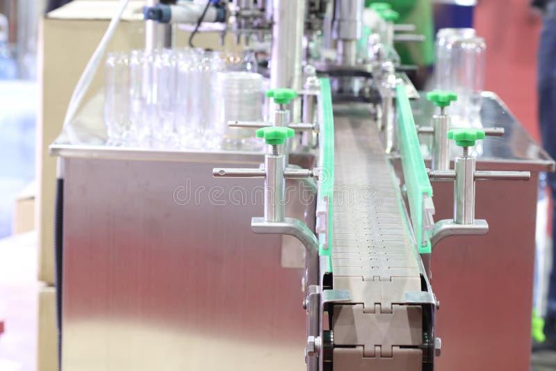 AluminiumdeckelVerpackungsmaschine f?r Plastikdose stockfoto