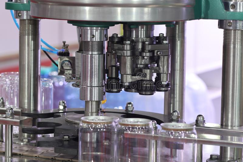 AluminiumdeckelVerpackungsmaschine f?r Plastikdose lizenzfreies stockfoto