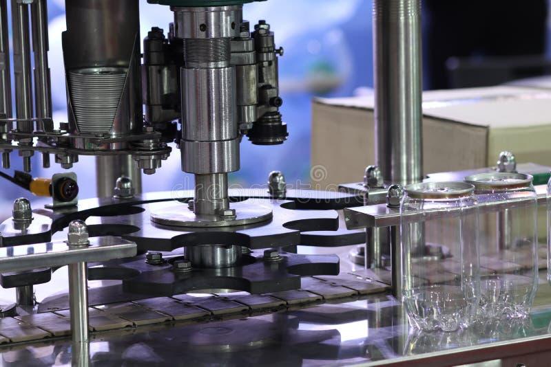 AluminiumdeckelVerpackungsmaschine f?r Plastikdose stockbilder