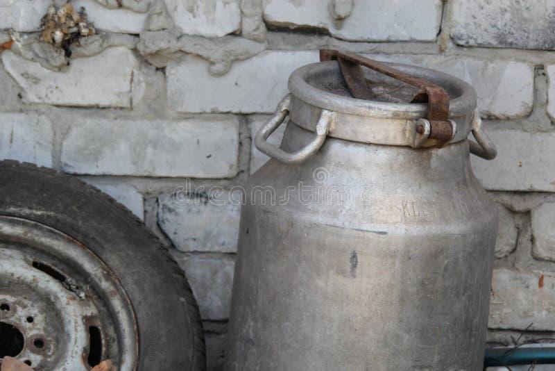 Aluminiumdose im Dorf nahe der Wand stockfotografie