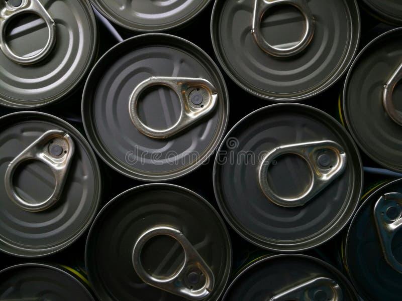 Aluminiumdosen mit Schlüsseln Nahaufnahme, Muster von viel von trinkenden Dosen Bier stockfotografie