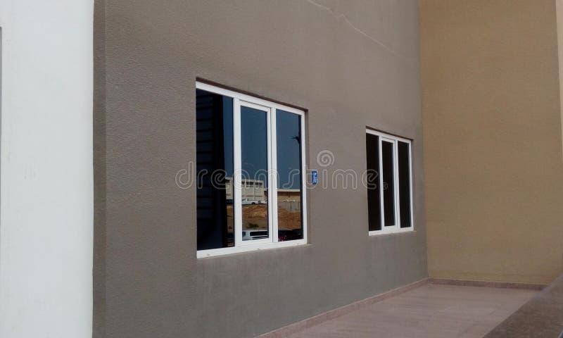 Aluminiumfenster mit Glasplattenbildern eines Handelsbürogebäudes lizenzfreies stockfoto