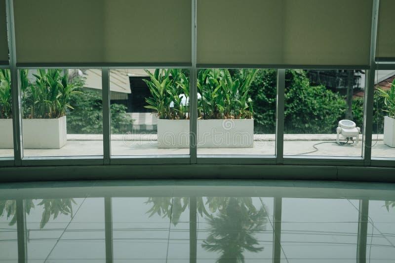 Aluminiumfenster u. weißer Rollenvorhangrollenvorhang lizenzfreie stockbilder