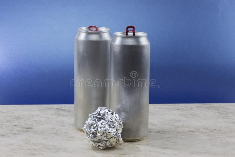 Aluminiumfoliebal op blauwe achtergrond royalty-vrije stock foto