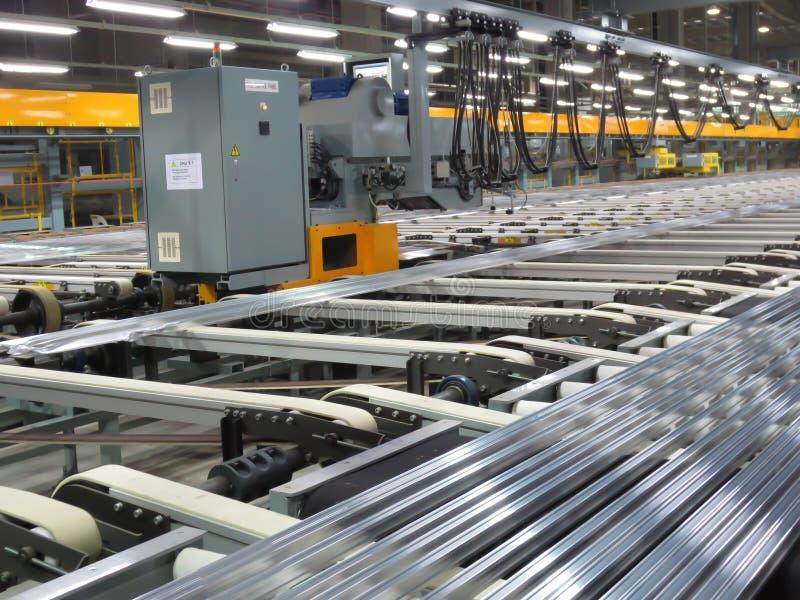 Aluminiumlijnen op een transportband stock foto