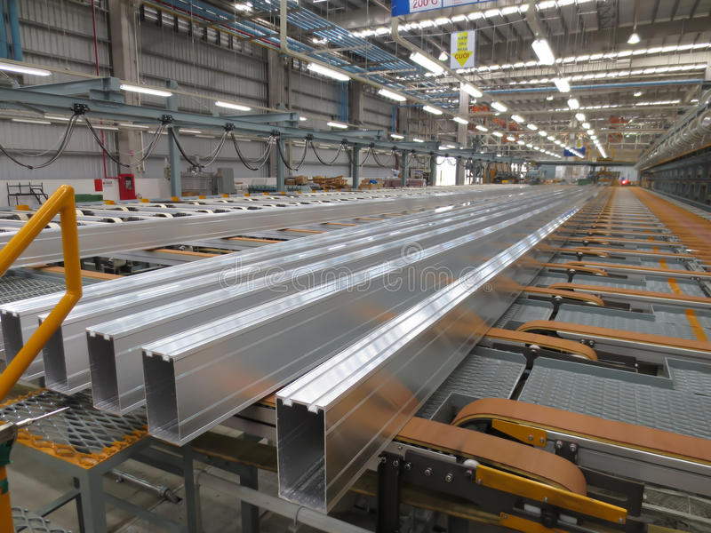 Aluminiumlijnen op een transportband stock foto's