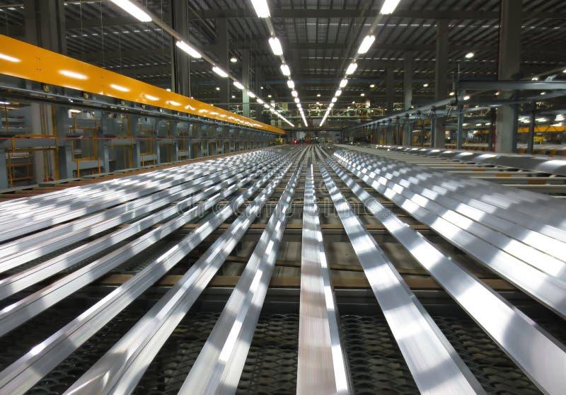 Aluminiumlijnen op een transportband royalty-vrije stock afbeeldingen