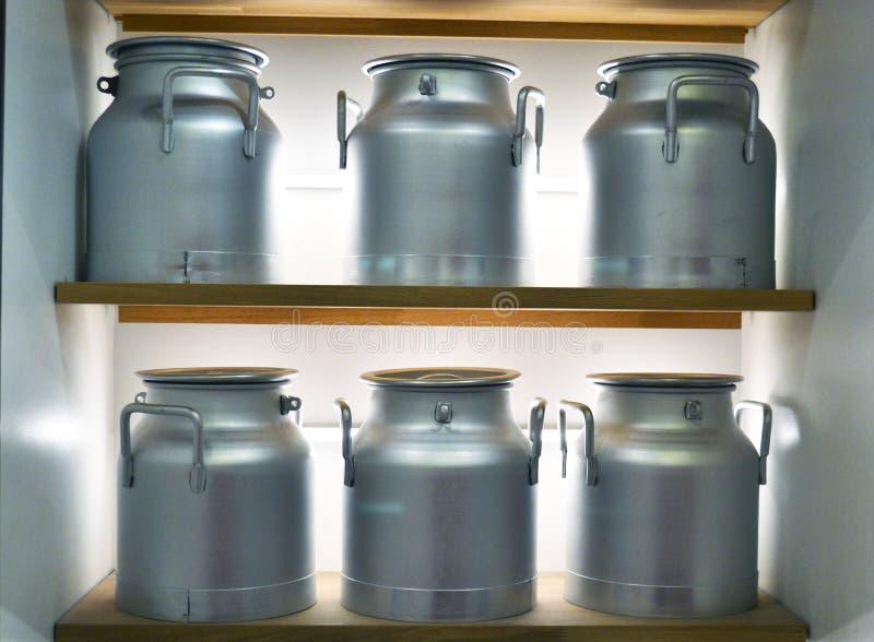 Aluminiummilchdosen lizenzfreie stockfotografie