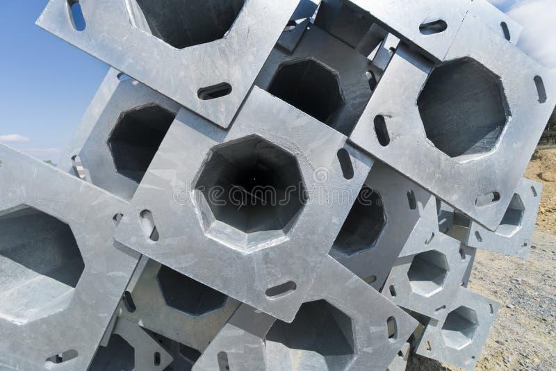 Aluminiumprofile von hellen Posten am Straßenbaustandort werden konstruiert, um hohe Nachfragen für Leistung zu befriedigen stockfoto