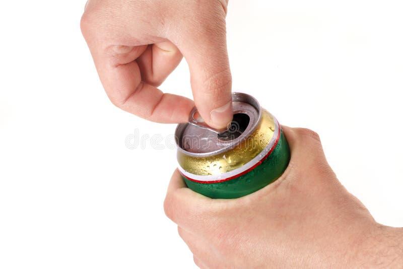 aluminum öppning s för ölburkhandman arkivfoton