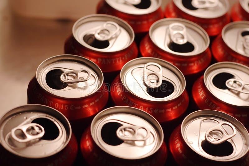 aluminum cans dricker öppet arkivbilder
