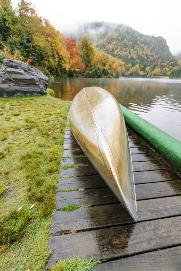 Aluminum kanot på lakefront royaltyfri foto