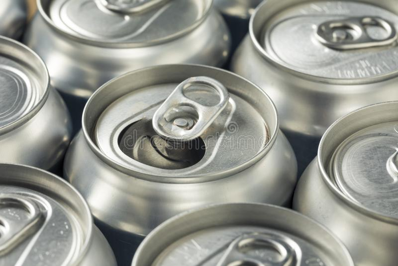 Aluminum sodavattencans för skinande silver arkivbild