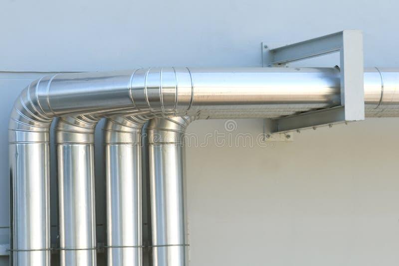 Aluminum ventilationsluftrör i byggnad arkivbild