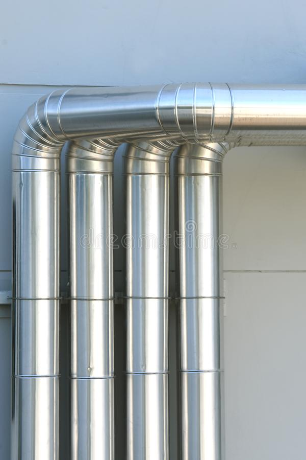 Aluminum ventilationsluftrör i byggnad arkivbilder