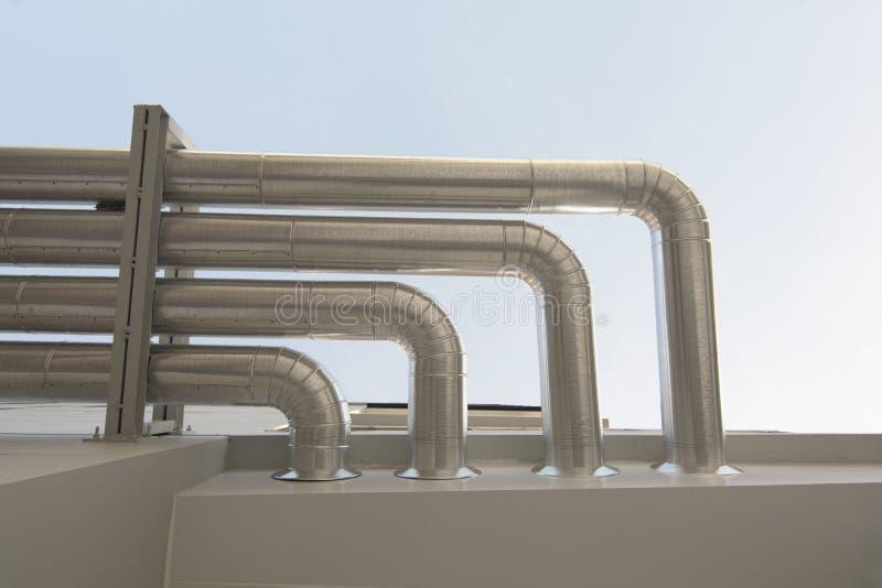 Aluminum ventilationsluftrör i byggnad royaltyfria bilder