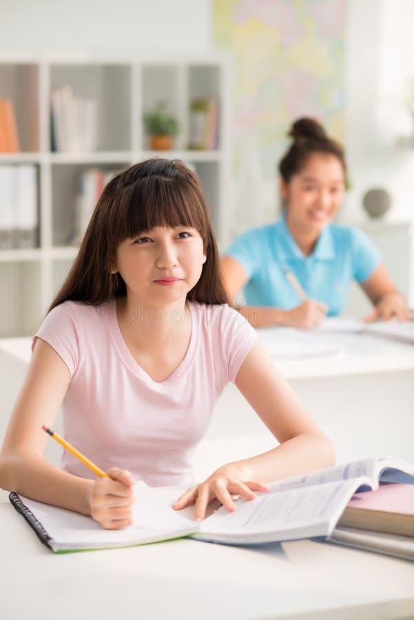 Alumno adolescente que estudia en sala de clase fotografía de archivo libre de regalías