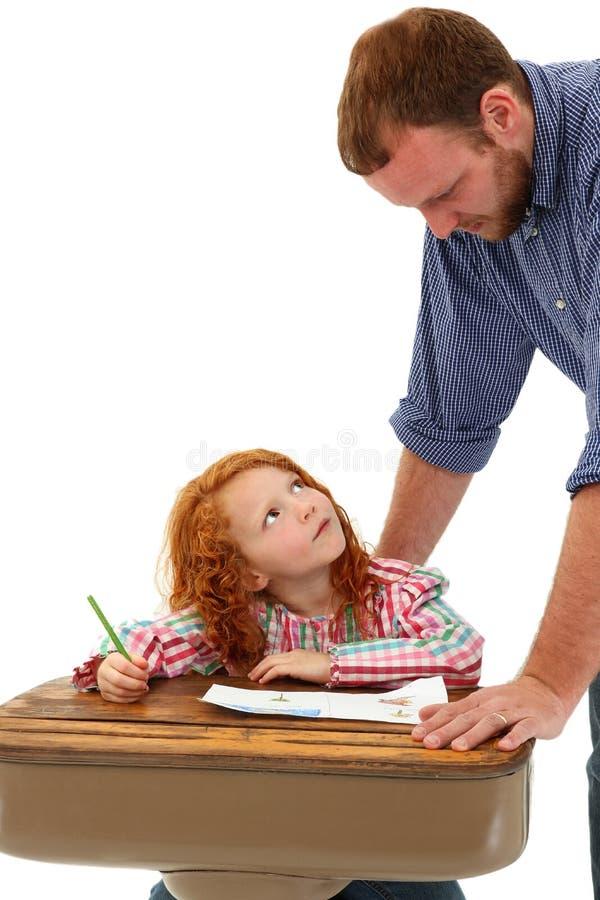 Alumno de ayuda adulto en el escritorio imagenes de archivo