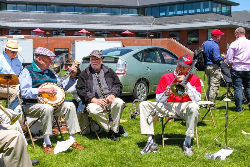 Alumnos banda de jazz y familias de la graduación Middletown Connecticut los E.E.U.U. de la universidad metodista de los graduado imagen de archivo