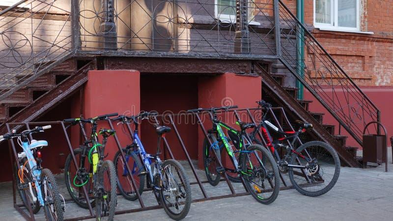 Alumnos de las bicicletas cerca del día escolar imagen de archivo