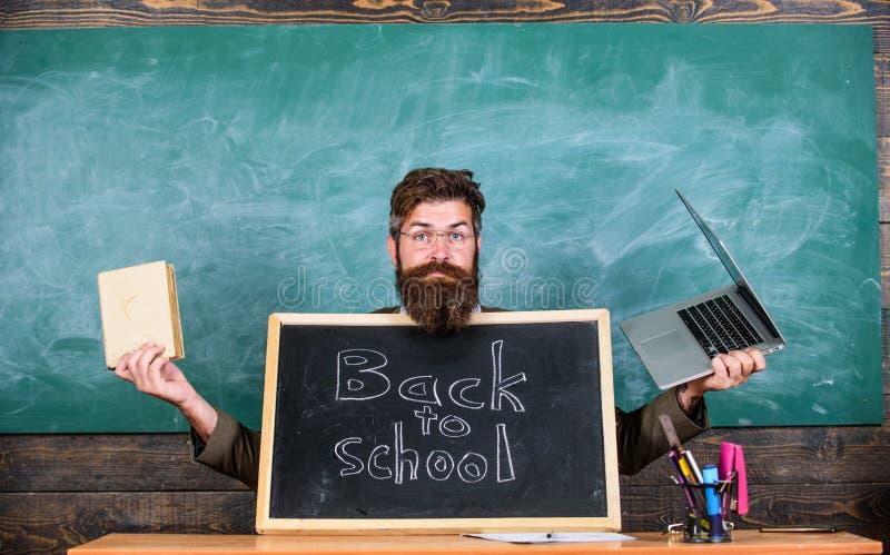 Alumnos de las recepciones del profesor los nuevos entran en a la institución educativa Recepciones del profesor o del director d fotografía de archivo