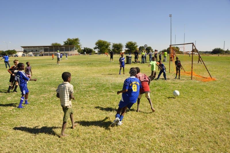 Alumnos de Namib que juegan a fútbol en una competencia en Okahandja foto de archivo libre de regalías