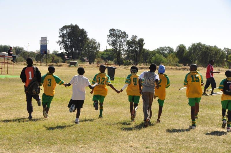 Alumnos de Namib que juegan a fútbol en una competencia en Okahandja imagen de archivo libre de regalías