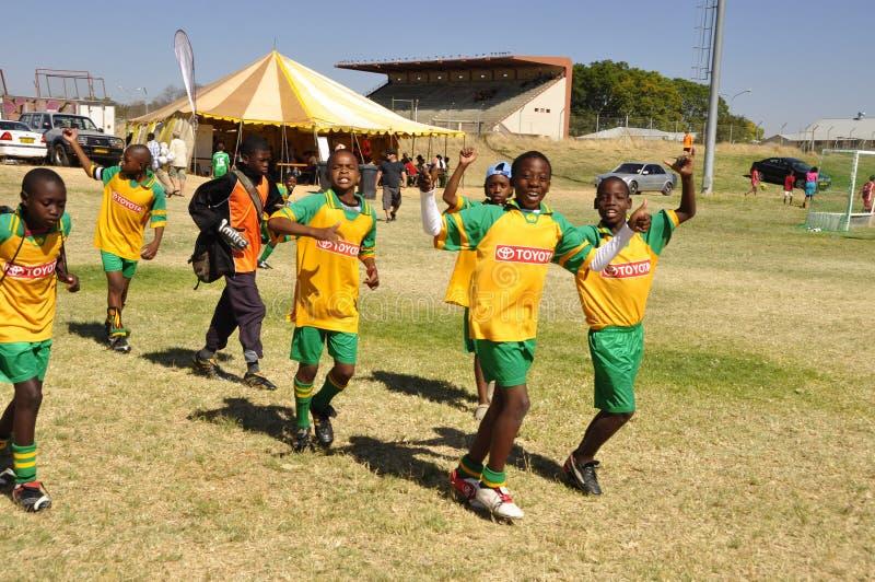 Alumnos de Namib que juegan a fútbol en una competencia en Otjiwarong imagenes de archivo