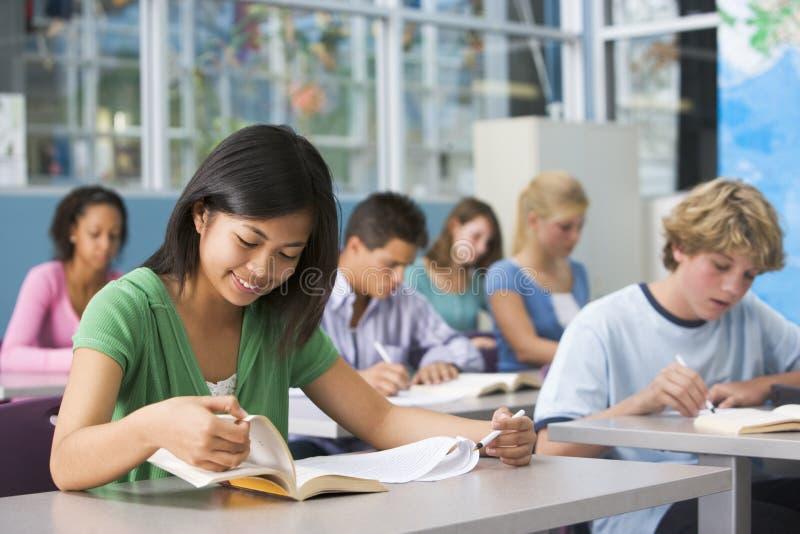 Alumnos en clase de High School secundaria imagen de archivo libre de regalías