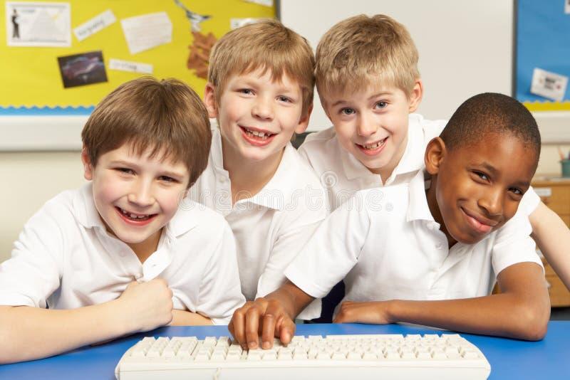 Alumnos en ELLA clase usando los ordenadores foto de archivo libre de regalías